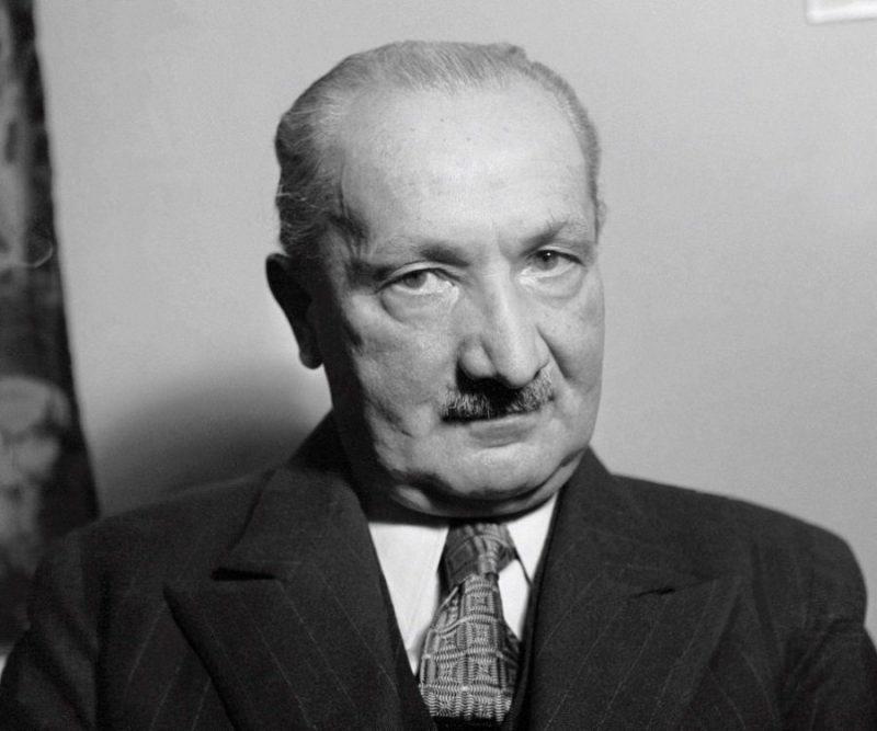 Kupujesz Ferrari bo jesteś bogatym singlem, czy jesteś bogatym singlem bo kupujesz Ferrari? Jak filozofia Heideggera wywraca proces sprzedaży do góry nogami.