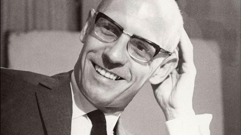 Szef nie musi stać z batem, by firma sprawnie pracowała. Co Michel Foucault powiedziałby o firmowej dyscyplinie?